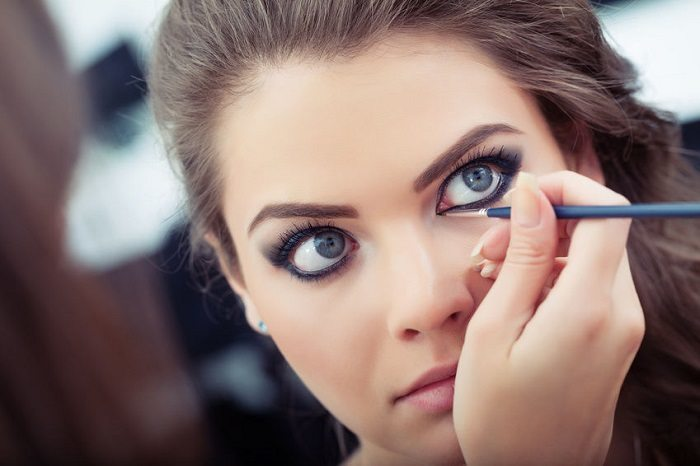 Common-Mistakes-You-Tend-To-Make-While-Applying-Eyeliner-1 How to Wear Eyeliner for Beginners-Tutorial (Pics and Videos)