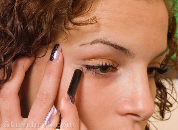 How-to-apply-eyeliner-on-lower-lid How to Wear Eyeliner for Beginners-Tutorial (Pics and Videos)